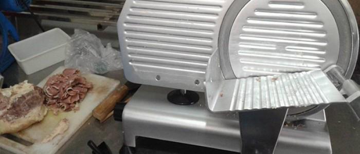 Tuyệt chiêu sử dụng máy cắt thịt heo nhanh, gọn, lẹ