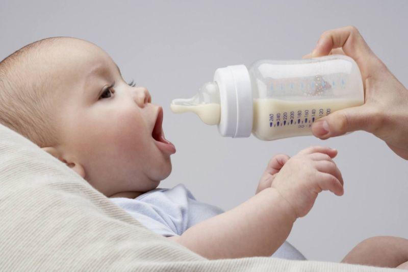 Rã đông sữa mẹ để bé sử dụng dễ dàng hơn